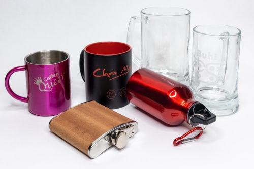Gläser Becher Flaschen Tassen